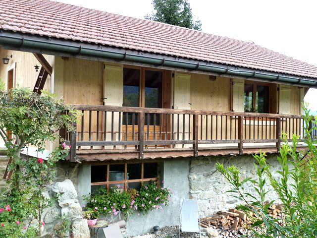 Balcon extérieur en vieux bois