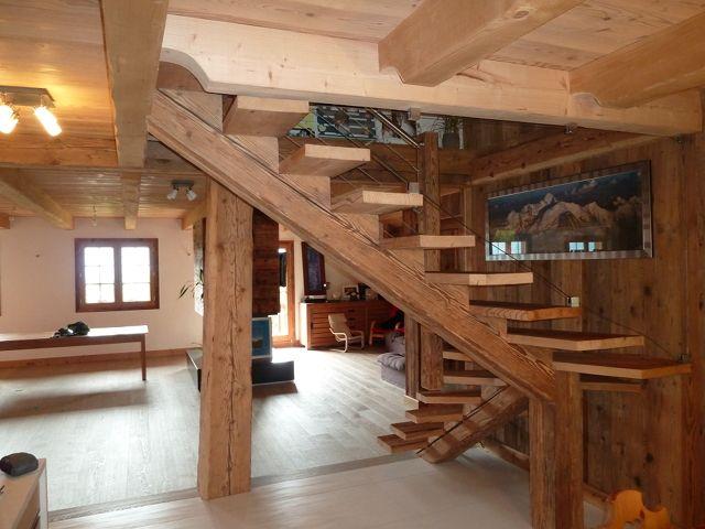 Escalier limon central en vieux bois virage
