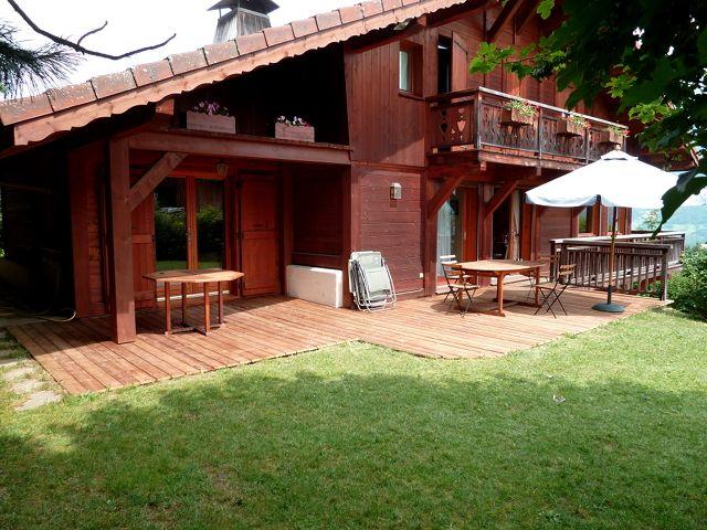 Terrasse extérieure en bois vernis
